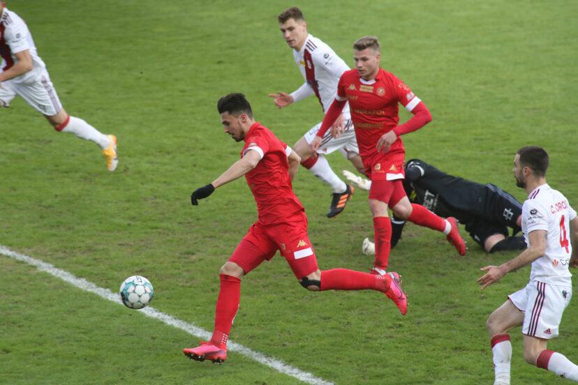 Krystian Nowak strzela gola dla Widzewa   Fot. Marian Zubrzycki